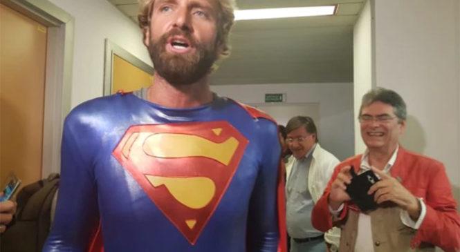 Un Superman Rosolino dai bimbi cardiopatici dell'Ospedale di Ancona
