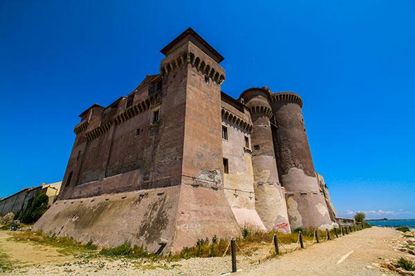 Il Castello di Santa Severa:  ospitalità, cultura e spettacolo a un passo dal mare