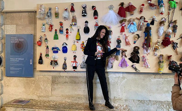 """Giusy Versace ha inaugurato il """"Muro di Bambole"""" di Venezia"""
