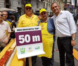 A Napoli, il bruschettone più grande del mondo