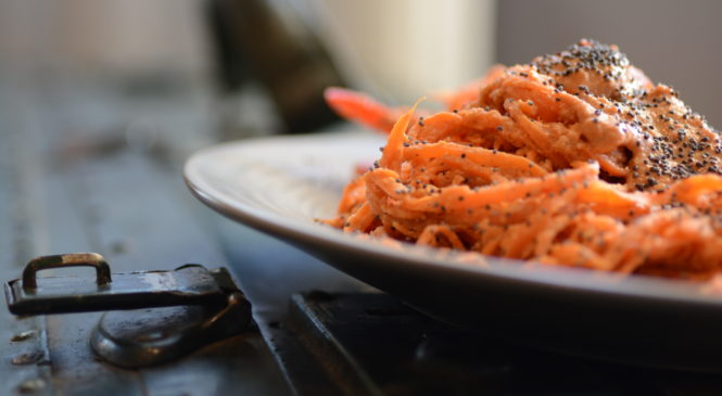 Spaghetti di carote in salsa di peperoni