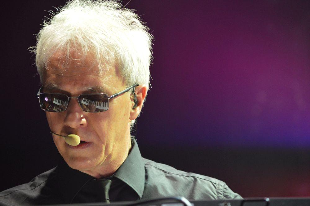 Silvio Capeccia reinterpreta al pianoforte, le più belle canzoni dei Decibel