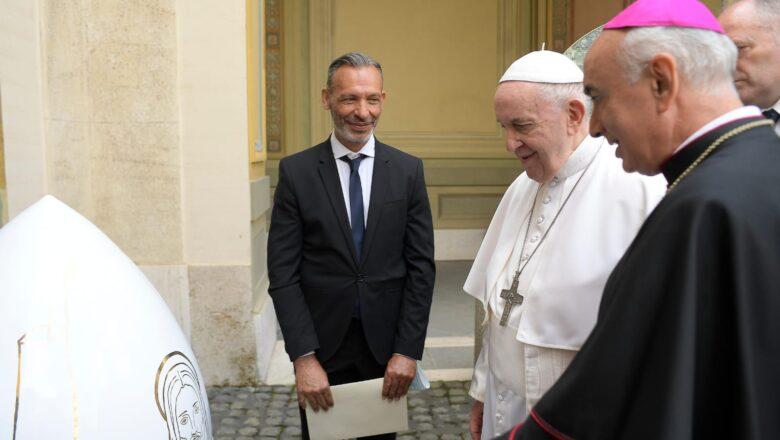"Papa Francesco riceve in dono l'opera ""Ovum Pine Nut"""