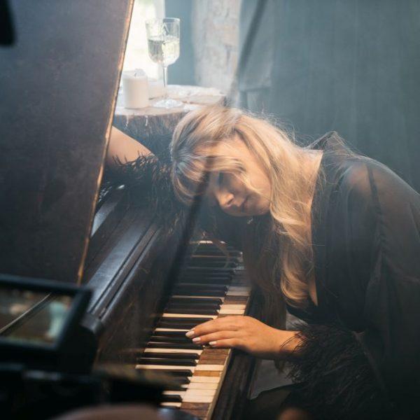 """Natalia Moskal- """"Guarda la luna"""" tra le note di violini, clarinetti e pianoforte"""